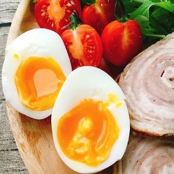 冷蔵後から出した卵をそのまますぐ使いたい場合は、ぐらぐらと沸騰させたお湯で茹でます。殻が割れやすいのでお玉などに卵をのせ、慎重にゆっくり鍋に入れてくださいね。茹でたあとしっかり冷やせば、つるんと殻もきれいに剥けます。 茹で時間はお使いの鍋や火力、卵のサイズによっても変わりますが、とろとろの半熟がお好みの場合は6分〜6分30秒(Mサイズ)を目安にしてみてください。 茹でるときにお酢を入れておくと、万が一殻が割れてしまっても、白身がでにくくなります。