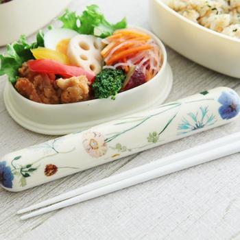 お箸ケースもリバティで揃えれば、より春らしい気分を楽しめますよ。こちらは、白地に広がるブルーのお花が素敵。