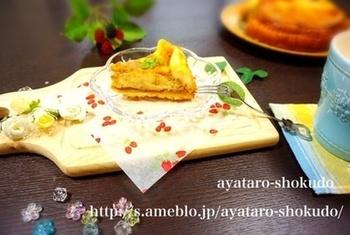 塩キャラメルとチーズケーキが美味しくコラボしたスイーツレシピです。タルト生地、フィリング、キャラメルクリームを作り、組み合わせて焼き上げます。キャラメルクリームで描くマーブル模様もまた素敵♪