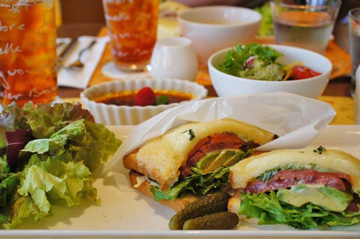 チーズとハムの定番のものやサーモンやお肉が入ったアレンジクロックムッシュがあります。ほかにも女子ゴコロをくすぐるスイーツメニューが多数揃っています。