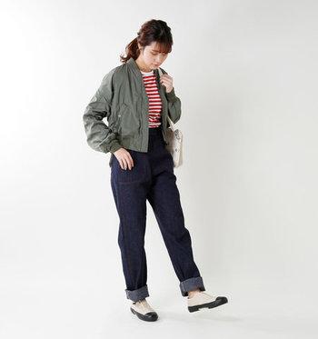 都会的で程よくスポーティーなデザインは、単調になりがちなジーンズのコーディネートにこなれ感をプラスしてくれます。センターのエラスティックデザインとしなやかなソールでフィット感も良く、快適な履き心地です。