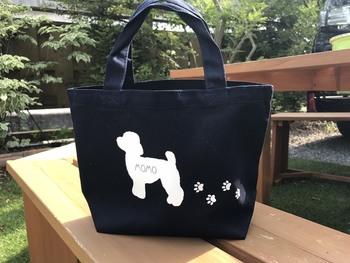 わんこのシルエットにお名前を入れてもらえるお散歩バッグは、世界に一つだけのオリジナル!愛犬の犬種に合わせて、シルエットのデザインが選べます。ペットボトルやカフェマットなど、かさばる荷物もすっぽり入る大容量バッグはお出かけにぴったりです。