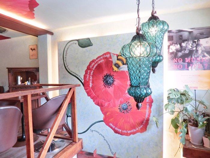 店内には目を引く鮮やかな壁画や繊細な照明などのインテリアが。まるでパリの隠れ家のような雰囲気です。