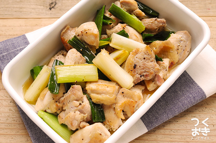 焼き鳥の「ねぎま」のような味付けの常備菜は、メインおかずにおすすめ。中華スープの素と塩の味付けが、鶏もも肉の旨みや長ねぎの甘みを引き立てています。冷蔵庫で5日程度保存できるので、食べる時はその都度レンジで温めるとおいしさアップです。