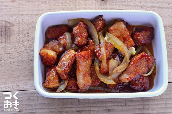 豚肉とたまねぎだけを使用した酢豚風の炒め物です。とんかつ用のお肉を。幅1.5センチぐらにカットして食べごたえのあるおかずにしています。表面がカリッとした豚肉に甘辛いタレが絡んで、白いごはんが進む味。お好みでピーマンやパプリカなどの野菜を加えるのもおいしいですよ。