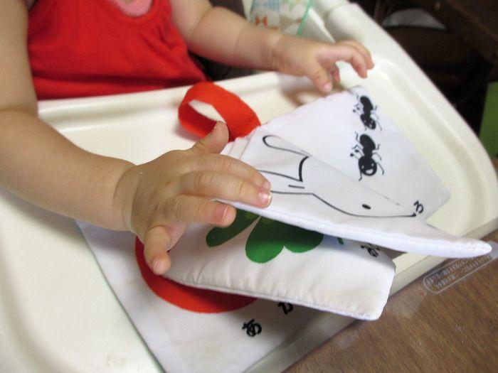 好奇心旺盛な赤ちゃんは、いろいろなものを触ったり口に入れたりしながら、多くのことを感じ吸収しながら成長していきます。そんな赤ちゃんのおもちゃとしておすすめなのが、好奇心をくすぐる仕掛けが詰まった布絵本。愛情を込めてお子様やお友達のお子様への出産祝いに手作りしてみませんか?赤ちゃんとお話しながら、絵本からたくさんのことを吸収できると素敵ですね。