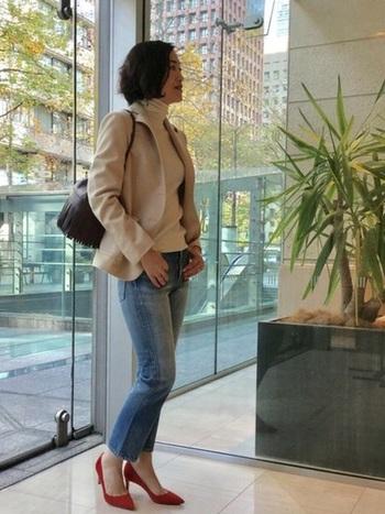 ジャケットに、あえてストレートジーンズを合わせることで、こなれた大人のコーデが仕上がります。足元もヒールを合わせてカジュアルダウン。年を重ねた女性だからこそできる、上品なスタイルです。