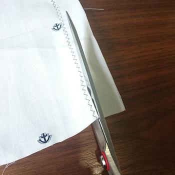 ジグザグミシンで綺麗に端の処理ができない、という場合は、少し大きめにとった布に、チャコで線を引いておき、ジグザグミシンをかけてからカットしてみて。ミシンの糸を切らないように注意してくださいね。
