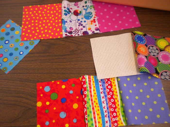 <簡単なパッチワークの作り方> 適当な大きさにカットしたハギレを、まずは一列になるように縫い合わせたものを必要な本数作り、それらをまた縦に縫い合わせて一枚の布に仕上げます。