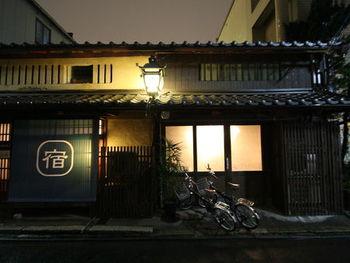 築100年の京町家3棟をゲストハウスとして提供する「はる家 梅小路」。「通り庭のある町家」「二階建て長屋の町家」「厨子二階の町家」という3棟ともに隣接しており、清水寺、祇園、金閣寺へバス1本で行けるという好立地。東寺・西本願寺といった2つの世界遺産にもアクセスしやすく、京都観光の拠点にぴったりですね。 こちらは、「通り庭のある町家」。築100年を超える木造の建物で、今も当時の姿をそのまま残しています。