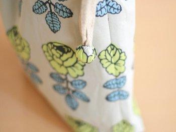 紐の結び目にこのようなポンポンループエンドをつけると、見た目もスッキリしワンランク上の可愛さに♪ <作り方> ① 丸く切り抜いた布の縫い代をアイロンで折ってから、ぐるりと一周並縫いします。 ② 中に少し綿を入れて、巾着紐の玉結びを包み込むようにギュッと絞ります。絞り口を少し針ですくっては絞ってを繰り返し、最後は内側に隠すように玉留めをして完成です。