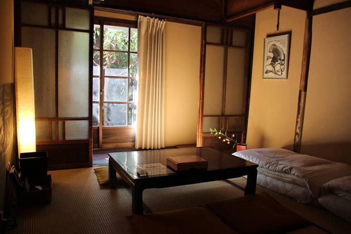 お部屋は女性専用のドミトリーや、このような和室タイプを利用できます。古いガラス戸や、しっくいの壁など、築100年の名残がいたるところに。どこか懐かしい、あたたかみのある雰囲気に癒されます。縁側があるので、のんびりと坪庭を眺めて過ごしても素敵ですね。