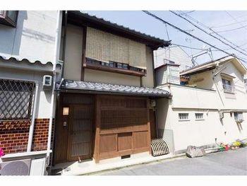 東山区のほぼ真ん中、石畳の八坂通から1筋入ったところに佇むのが「清水りきゅう庵」。杉板でお化粧された気品ある京町家を、まるまる1棟貸切って滞在できます。