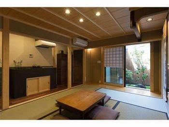 白木の竿縁天井が美しい居間。縁側に座って、きれいに整えられた坪庭を楽しむこともできます。