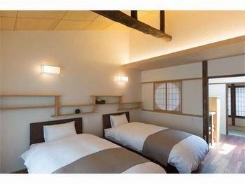 白を基調としたベッドルームはとても清潔感があり、障子を通してそそがれる陽の光は、どこか優しさを感じます。最高に心地よく、朝を迎えられそうですね。
