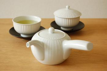 毎日日本茶を飲むという方には、立筋模様が施された白磁の急須と汲み出し茶碗がおすすめ。こちらも森正洋さんによるデザインで、1978年にはグッドデザイン賞も受賞しています。丸みを帯びたあたたかみのあるフォルムで、どこか可愛らしさも感じさせます。同じシリーズには蓋が広くて扱いやすい土瓶もそろいます。