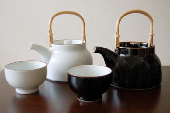 シンプルで使いやすいベーシックシリーズの土瓶と汲み出し。こちらも森正洋さんが手がけたものです。カラーはマットな質感で優しい雰囲気の白とツヤのある落ち着いた佇まいの黒(天目)の2色から選べます。