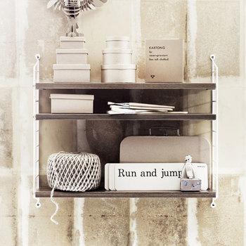 淡いアッシュの棚板と白いフレームがおしゃれな飾り棚は、おすすめでご紹介した「string pocketシェルフ」です。棚の色に合わせて、ディスプレイする小物を淡いトーンで統一するとナチュラルな雰囲気に。