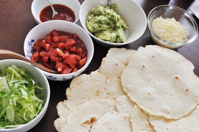 どちらも使われているのはトルティーヤと呼ばれるメキシコの薄焼きパンの生地。本場のトルティーヤは「マサ」というコーン粉で作られたものが主流のよう。コーン粉は日本では手に入りづらいですが、小麦粉などで代用すれば実は意外と簡単に作れちゃうんです。レシピを参考に是非挑戦してみてくださいね♪