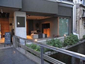 2013年3月にオープンした、比較的新しい宿泊施設『Bijuu(ビジュウ)』。 アクセスは、京都一の繁華街にある阪急・河原町駅、京阪電車・祇園四条駅から徒歩約1分。木屋町通を南に50mほど進んだところにある「村上重ビル」の、3階と5階に、合計3部屋、それぞれ1日1組様限定の宿泊スペースがあります。