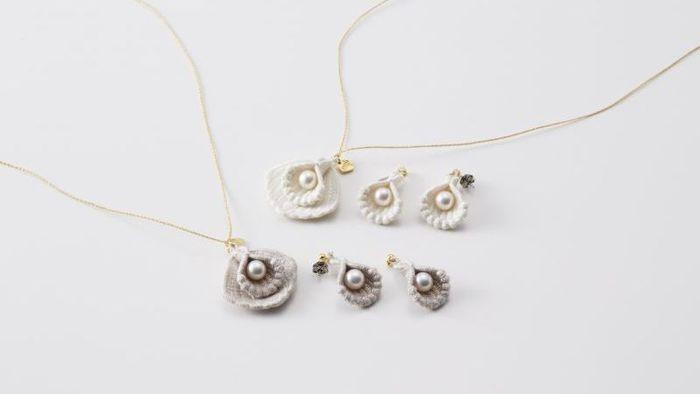 こちらは貝をイメージした刺繍モチーフと、上品なパールを組み合わせた「シェル」シリーズです。可憐な印象のネックレスとピアス/イヤリングは、どちらもシルク糸×アコヤ真珠という異素材の組合せが洗練された雰囲気。カラーは清楚なイメージのホワイトと、大人っぽいグレージュの2色を展開しています。