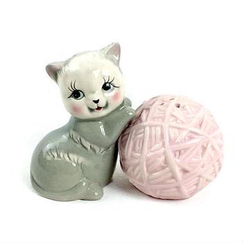 アンティークの置き物のように見えるこちらも、猫好きさんにはたまらないソルト&ペッパー入れなんです!トップにはちゃんと穴があいていますよ♪食事タイムの話題作りにもなってくれそう。