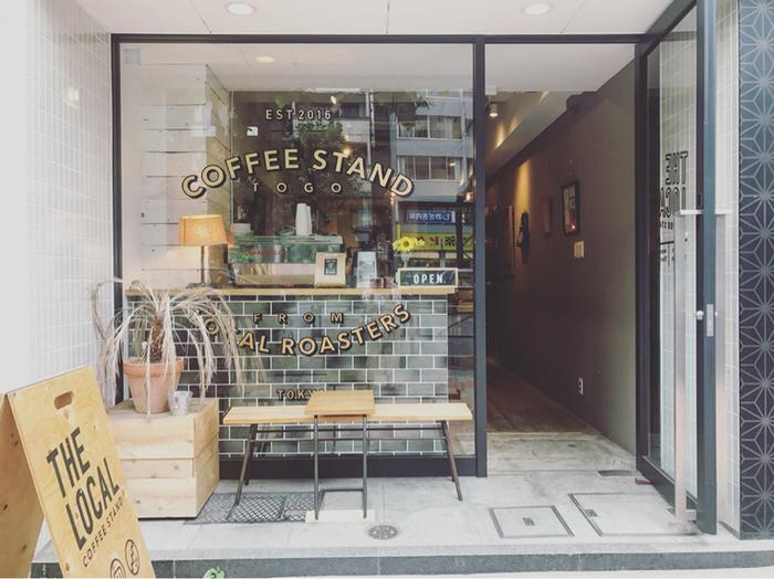 青山通りに面したビルの間にある、一見すると普通のコーヒースタンド。しかし、実は各地のコーヒーショップのためのオンラインガイドブックを手掛けるたGood Coffeeが、各都市のロースターコーヒーを集めてオープンしたというコーヒーファンにはたまらないお店なのです。