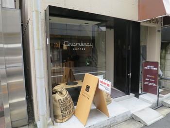新しく完成したエイベックスビル近くの路地裏、ぼーっと歩いていると見逃してしまう、小さなコーヒースタンドは、連日常連客で賑わっています。店名は、多くの感謝=グランドメルシーからとったもの。地元密着で、アットホームな雰囲気のお店です。