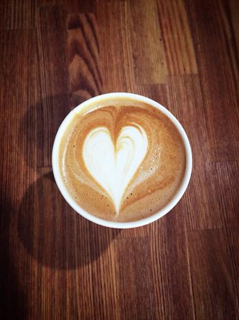 使っている豆は、有名コーヒー店・堀口珈琲のもの。オーダーを受けてから丁寧に抽出してくれるコーヒーは、堀口さんも折り紙付きのおいしさです。この周辺ではめずらしく、早朝からオープンしているのもGOOD♪