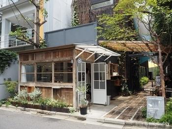 サードウェーブコーヒーの火付け役であるブルーボトルコーヒーのすぐ隣。ふと目を向けると、246COMMONの一角にかわいい小屋があります。こちらは、那須にある有名店「NASU SHOZO CAFE」が出店したコーヒースタンドです。