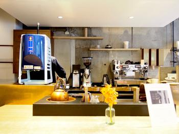 骨董通りにあるオシャレなセレクトショップ「BLOOM&BRANCH」の中にあるコーヒースタンド。夏には本格かき氷がいただけるお店としても有名です。店名は、真鍮が古くなっていく様も美しいと思える日本の色彩「古美」からとられました。
