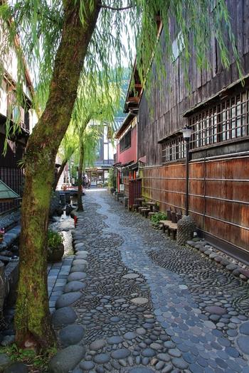風情ある石畳の路地の脇には、清らかな水路が流れており、せせらぎに耳を澄ませながら街中を歩いていると、江戸時代にタイムスリップしたかのような錯覚を感じます。