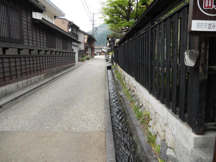 碁盤目のように整然とした城下町・郡上八幡では、道の両横に水路が流れており、古い街並みと見事に調和しています。