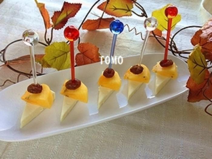 チーズに柿とレーズンを刺した簡単デザートピンチョス。柿とチーズがよく合います♪
