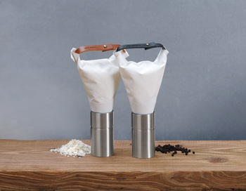 クリームの絞り出し袋のような今までにないデザインのミルソルト&ペッパー!こちらもミル付きです。袋部分は洗えるようになっていて清潔に扱えますし、セラミック製の刃は耐久性に優れ、素材の香りを損なうことなく削ることができるのもメリット大♪