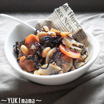 出汁で作る、ツナと大根のひじき煮。一晩掛けてじっくりと戻した、しいたけの旨みがぎゅっと詰まっています。お好みで豆を入れれば、よりヘルシーに。