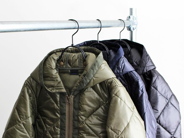 「キルティングジャケット」はボーイッシュスタイルにも女の子らしいスタイルにも合わせることができる万能アイテム。軽いのにとても暖かいので、寒い冬の強い味方です。