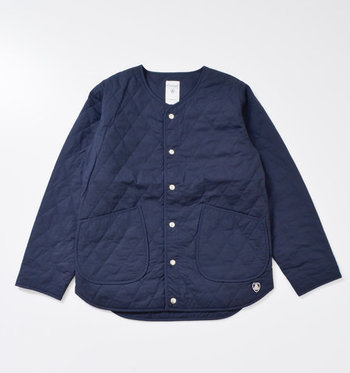 「ORCIVAL(オーチバル)」も人気。薄手で軽く、保温効果も抜群。こちらのキルティングジャケットは、少しラウンドしたポケットの形が可愛らしいですね。