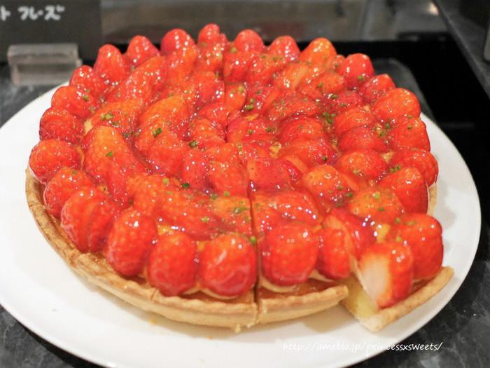 キラキラのイチゴがたっぷりのったタルト。鮮やかな赤にテンションもあがりますね。