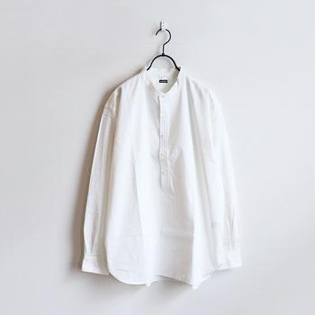 """「maillot(マイヨ)」の""""サテンスタンドプルオーバーシャツ""""は、ステッチを少なめにしたシンプルなディテールが魅力。コシと柔らかさがしっかりある生地なのに、ゆったり着られるリラックス感があります。"""