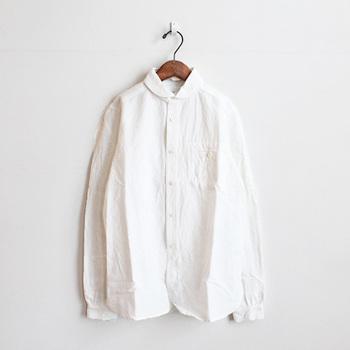 """ブランドオリジナルのリネン素材を使って作られている""""サンセットワークシャツ""""は、首回りがコンパクトにデザインされているため女性でも着こなしやすい一枚。生地のハリ感と独特のムラ感とが合わさり、オリジナリティ溢れるアイテムに仕上がっています。"""