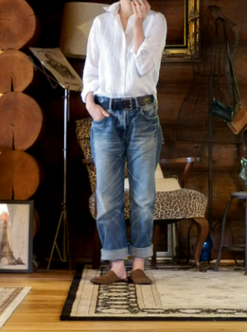 """シンプルな白の""""定番リネンシャツ""""は、デニムと合わせるだけでもスタイリッシュに決まるアイテム。もちろんスカートやショートパンツに合わせても、大人ガーリーな着こなしができます。シャツの襟を立てて着るのも、ベーシックなコーディネートのアクセントになりますね♪"""