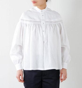 """ふわっと広がるシルエットが、華やかな印象を与えてくれる""""リネン高密度タックシャツ""""。胸元にはアコーディオンギャザーがあしらわれ、エレガントさを演出してくれます。あえてカジュアルなボトムスと合わせてミックススタイルを楽しむのもおすすめです。"""
