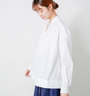 """「Scye(サイ)」の""""高密度タイプライターギャザーシャツ""""は、しなやかなのにハリ感もある女性らしい一枚です。胸元でリボンを結ぶタイプの白シャツは、クラシカルな雰囲気と共にキュートな印象も与えてくれます。上品になり過ぎない着こなしをしたい時にもぴったりですね。"""