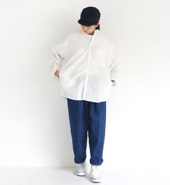ワイドな白シャツに、ネイビーのワークパンツを合わせたスタイリングです。黒の帽子や白のスニーカーと合わせて、とことんカジュアルにまとめています。白シャツはボーイッシュなスタイリングでも、しっかりきちんと感をプラスできるのが大きな魅力。
