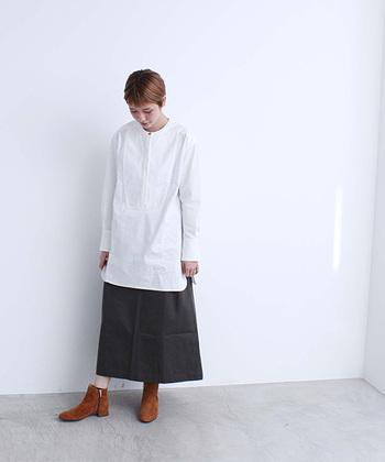メンズライクなタキシードシャツに、黒のスカートを合わせたスタイリング。長さのある白シャツにロングスカートを合わせる場合は、バランスの調整がとっても重要。足首や胸元などの肌色の面積を少し多めにすると、ロング×ロングのアイテム同士でもぼんやりしません。