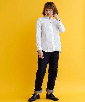 こちらの白シャツはシンプルなスタンドカラーに、黒のボタンでアピール力を高めた一枚。ラウンド型にカットされた裾が、白シャツをカジュアルダウンするポイントになっていますね。定番のデニムパンツと合わせても、プレーンになり過ぎない着こなしに。