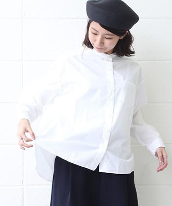 シンプルで爽やかな印象の白シャツは、春コーデにも大活躍してくれるアイテム。一枚持っているだけで、花柄アイテムや春らしいカラーのアイテムとの組み合わせを無限大に楽しめます。