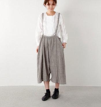 リネン素材で作られている、着心地の良いサロペットパンツ。ゆったりサルエル風のシルエットがスカートのようにも見えてキュートですよね。ブラウスや白シャツを合わせて上品にまとめると、カジュアルなのにきちんと感のあるスタイリングに♪