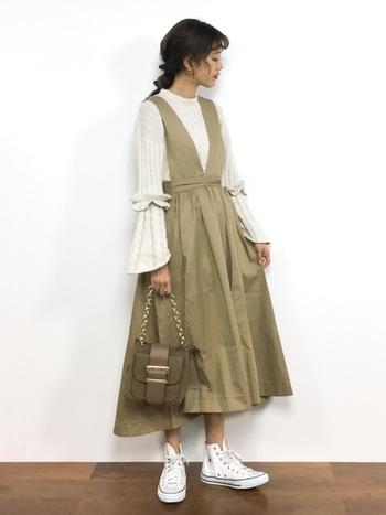 ベージュカラーのサロペットスカートは、同系色のインナーや小物と合わせて大人っぽく。女性らしいシルエットのアイテムなので、着るだけなのに手抜きに見えないのが嬉しいポイントです。
